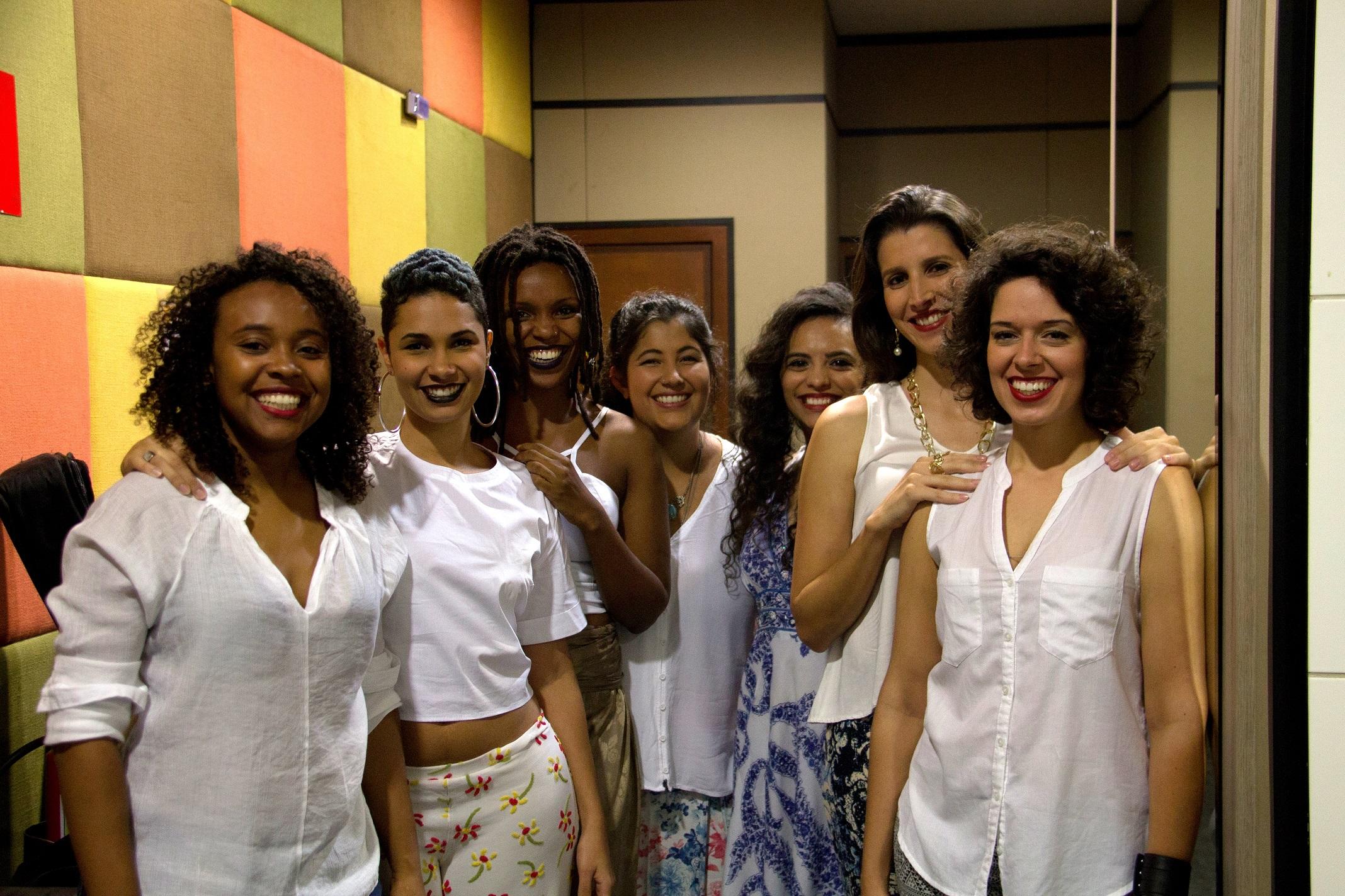 Débora Costa (percussionista), Maíra Baldaia, Nath Rodrigues, Lívia Itaborahy, Isabella Bretz (compositoras), eu e Larissa Horta (baixista, backing vocal e compositora)